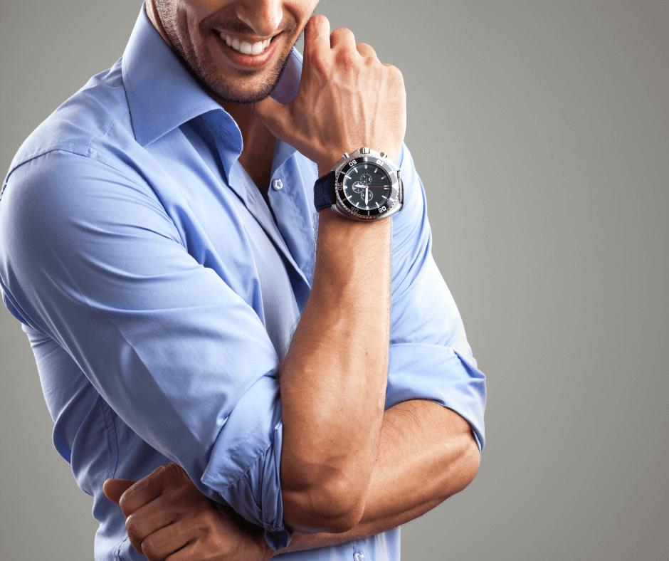 Chłopak z zegarkiem na ręce – prezent na Dzień Chłopaka